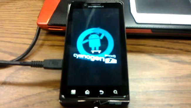 Droid Bionic Dual Booting With CyanongenMod 7 (Video)