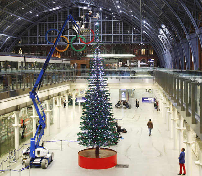 World Largest Ever Lego Christmas Tree Arrives At London S