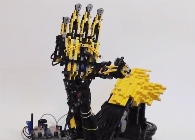 Awesome Lego Pneumatic Robotic Arm (video)