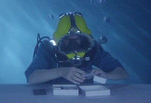 Sony Xperia Z3 Underwater Unboxing (video)