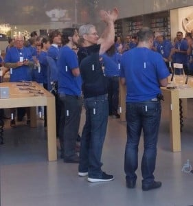 Tim Cook Visits Apple Store in Palo Alto For iPhone 6 Launch