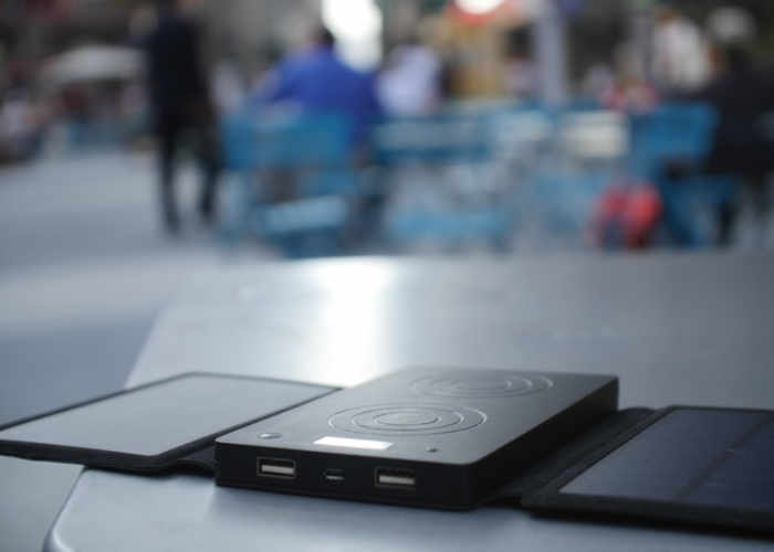 solis-xr-wireless-solar-charger-1