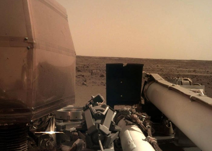 NASA InSight lander arrives on Mars first photo released