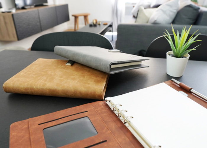 Novo Notebook Wirelessly Charges Your Smartphone During