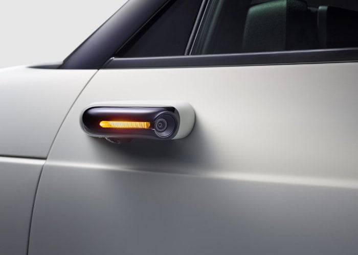 Honda replaces car side mirrors with cameras