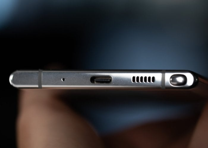 Samsung removes headphone jack