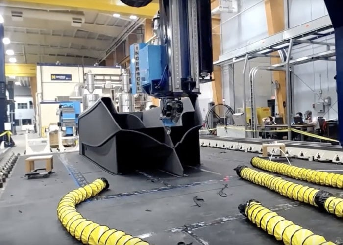Watch the worlds largest 3D printer create a 25ft boat hull