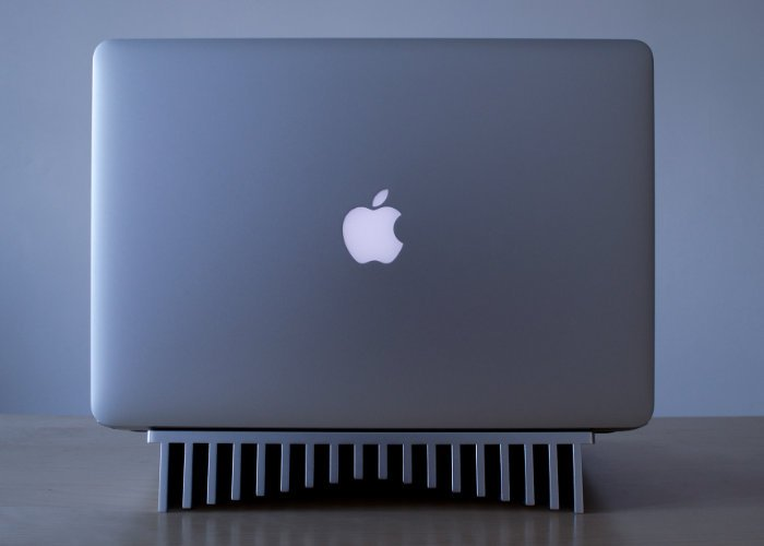 MacBook Pro passive cooling stand